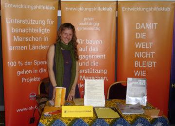 Mitarbeiterin beim Stand der Freiwilligenmesse