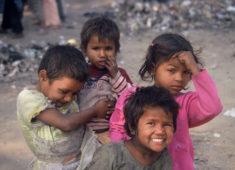 Gruppe von kleinen Straßenkindern