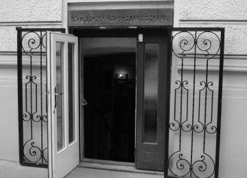 Eingang des Entwicklungshilfeklub mit offener Tür