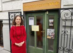 Brita Wilfling vor dem Entwicklungshilfeklub