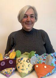 Frau Rybaczek zeigt ihre Dinkelmäuse aus Stoff