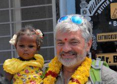 Werner Brix mit einem indischen Mädchen am Arm