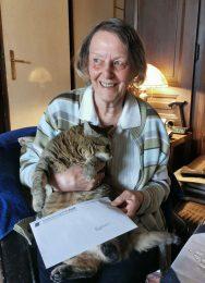 Frau und Katze mit Brief