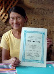 Gesundheitshelferin mit Zertifikat, für das sie im Rahmen unseres Projektes Heilendes Wissen ausgebildet wurde.