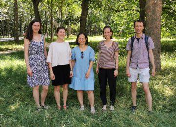 Team Entwicklungshilfeklub, 4 Frauen und ein Mann stehen auf einer Wiese