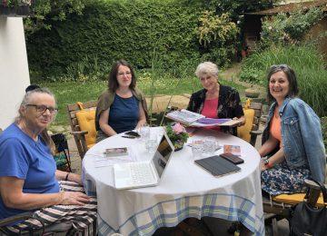 4 Frauen des EZA-Kreises Pfarre Liesing sitzen am Tisch im Garten